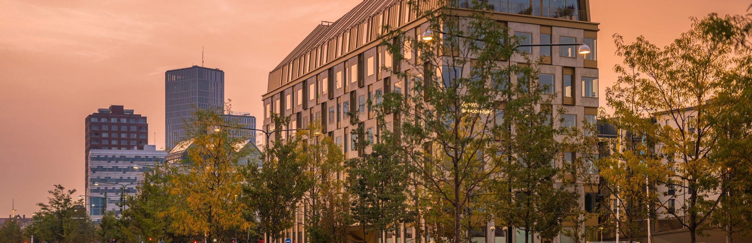 Kontorshuset Aura i kvälssolen